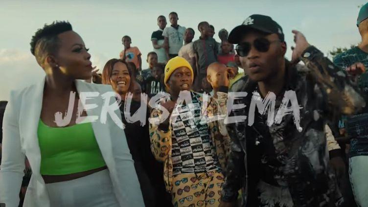 """Le duoNomcebo Zikode (à gauche) etMaster KG dans le clip du tube sud-africain """"Jerusalema"""" qui fait désormais danser partout dans le monde. (CAPTURE D'ECRAN/OPENMIC PRODUCTIONS)"""