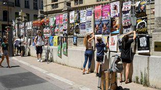 Avignon, le 5 juillet 2021, les afficheurs ont envahi la ville (NICOLAS TUCAT / AFP)