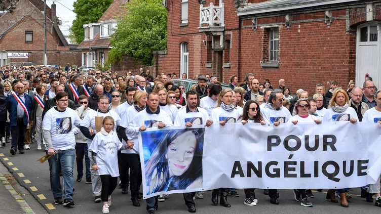 Plusieurs centaines de personnes prennent part à une marche en hommage à la petite Angélique, une adolescente de 13 ans violée et tuée, le 1er mai 2018 à Wambrechies (Nord). (AFP)