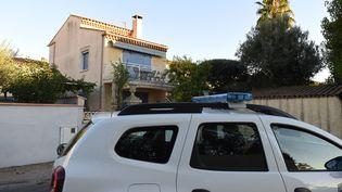 Une voiture de police le 14 octobre 2021 devant la maison de la retraitée de 77 ans décapitée à Agde (Hérault). (SYLVAIN THOMAS / AFP)