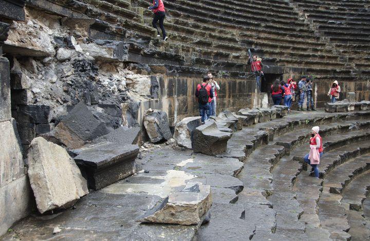 Des gradins du théâtre romain de Bosra se sont effondrés, sous l'impact d'obus  (Maher al-Mounes / AFP)