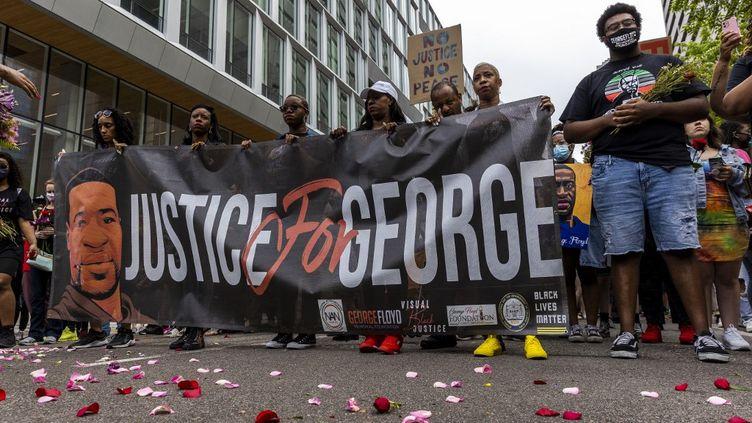 Des manifestants défilent en mémoire de George Floyd, tué par un policier, le 23 mai 2021 à Minneapolis (Etats-Unis). (KEREM YUCEL / AFP)