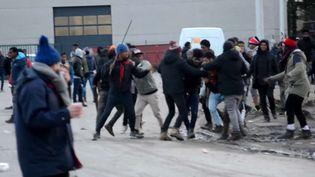 Capture d'écran montrant des bagarres entre migrants à Calais (Pas-de-Calais), le 1er février 2018 (AP / SIPA)
