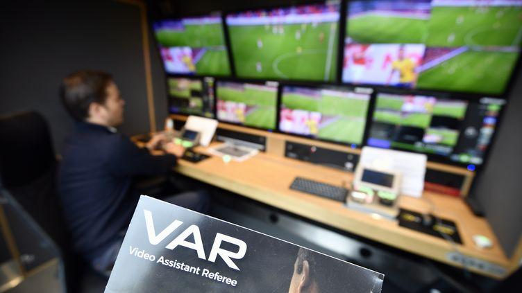 La VAR, l'arbitrage par assistance vidéo, a été testée dans plusieurs championnats européens, comme ici en Belgique en juillet 2017. (ERIC LALMAND / BELGA MAG)