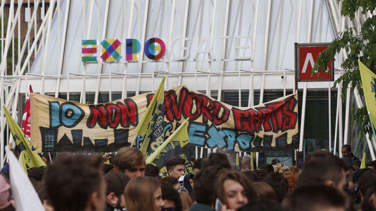 Des manifestants devant l'entrée de l'Exposition universelle à Milan (30 avril 2015)  (Luca Bruno / AP Photo))