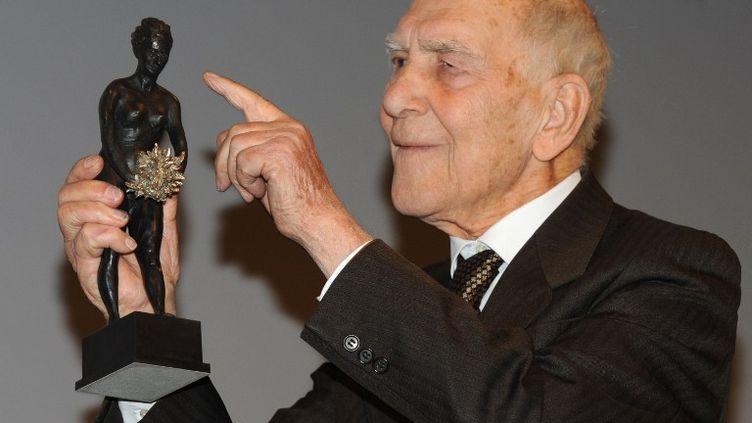 Stéphane Hessel reçoit le prix Mychkine pour l'ensemble de son œuvre, le 30 janvier 2012 à Paris. (MEHDI FEDOUACH / AFP)