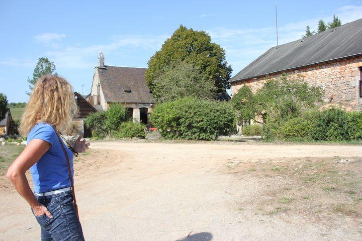 Marlène fait visiter le hameau Les Ages et ses maisons en pierre de taille. (CLEMENT PARROT / FRANCETV INFO)