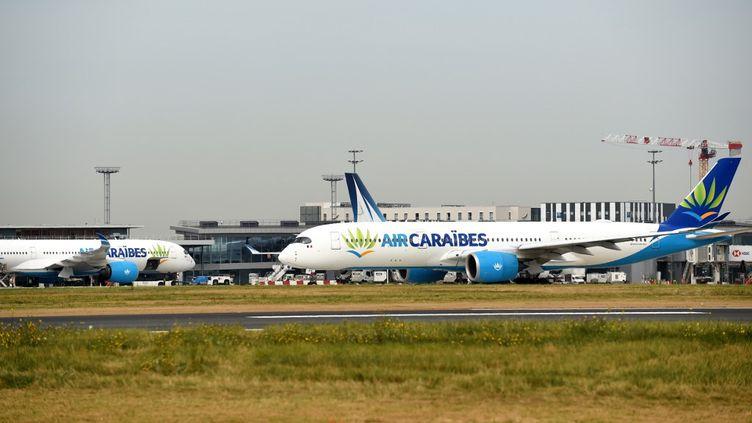 Un avion Air Caraïbes sur le tarmac d'Orly. (ERIC PIERMONT / AFP)