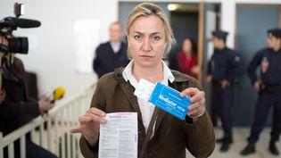 La pneumologue Irène Frachon présente une boîte de Mediator à la presse, le 14 mai 2012, au tribunal de Nanterre (Hauts-de-Seine). (MARTIN BUREAU / AFP)