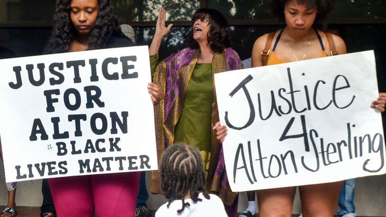 (Des rassemblements ont eu lieu à Bâton-Rouge après la mort d'Alton Sterling, un Noir Américain tué par deux policiers Blancs © Sipa/SIPANY)