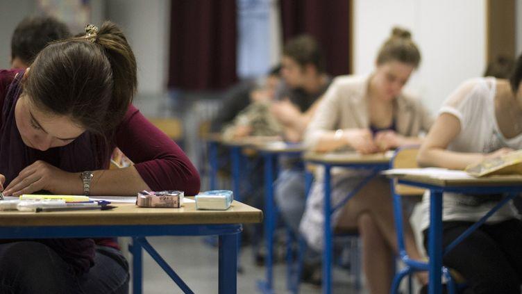 Des lycéens passent l'épreuve de philosophie du baccalauréat, le 17juin2013 à Paris. (FRED DUFOUR / AFP)