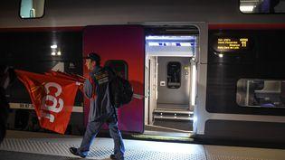 Un salarié d'Alstom monte à bord du TGV pour manifester à Paris, le 27 septembre 2016 à Meroux (Territoire de Belfort). (SEBASTIEN BOZON / AFP)