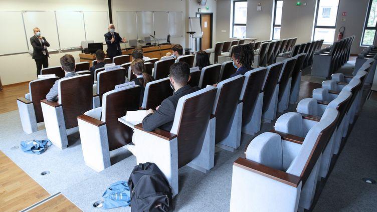 Patrick Gérard directeur de l'ENA à Strasbourg accueille les nouveaux élèves de la Classe préparatoire intégrée (CPI). (JEAN-MARC LOOS / MAXPPP)