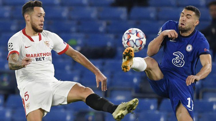 Lucas Ocampos (Séville) au duel avec Mateo Kovacic (Chelsea). (TOBY MELVILLE / POOL)