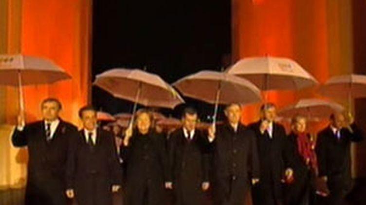 Une trentaine de chefs d'Etats et de gouvernements passent sous la porte de Brandebourg à Berlin (09/11/2009) (France 2)
