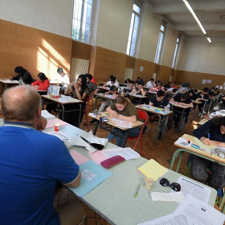 Des lycéens en pleine épreuve du baccalauréat, le 17 juin 2019, à Strasbourg (Bas-Rhin). (FREDERICK FLORIN / AFP)