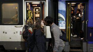 Un couple s'embrasse au départ du train de nuit qui relie Paris et Nice, le 18 novembre 2017. (MAXPPP)