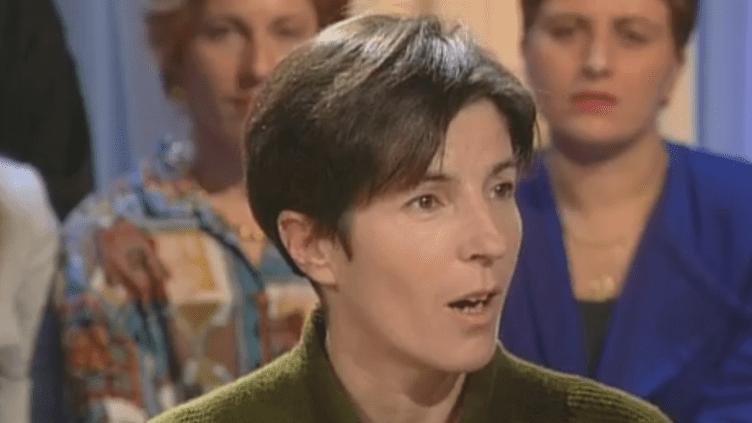"""L'écrivaine Christine Angot lors de son passage dans l'émission """"Tout le monde en parle""""en novembre 1999 (FRANCE 2)"""