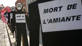 L'Association de défense des victimes de l'amiante de la sidérurgie de l'usine des Dunes (Advasud) manifeste devant le tribunal de grande instance de Lille (Nord), le 6 mai 2008. (BAZIZ CHIBANE / SIPA)