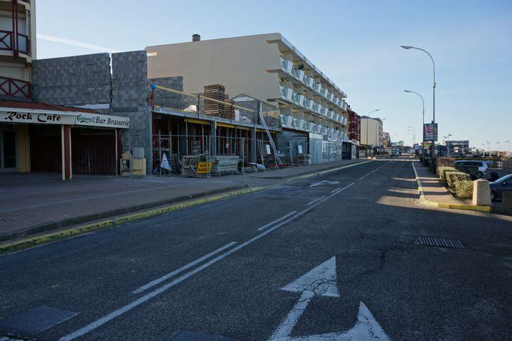 Un chantier est en cours sur le boulevard de la plage, à quelques mètres de la mer, à Lacanau-Océan (Gironde), le 5 mars 2015. (JULIE RASPLUS / FRANCETV INFO)