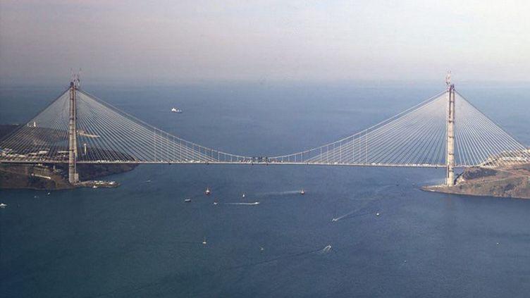 Conçu par le FrançaisMichel Virlogeux, le pont Sultan Yavuz Selim, long d'un kilomètre et demi, est l'ouvrage de tous les superlatifsavec ses piliers de 320 mètres (la hauteur de la Tour Eiffel), huit voies autoroutières et deux voies ferrées. (SIPA)