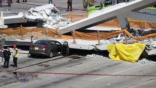 Des secours sur le pont effondré de l'université internationale de Floride,le 15 mars 2018 à Miami (Floride, Etats-Unis). (JOE RAEDLE / GETTY IMAGES NORTH AMERICA / AFP)