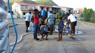 Saint-Martin, le 3 octobre 2017. Au bout du tuyau blanc, douze robinets permettent aux habitants de tirer de l'eau sanitaire, non potable. (THIBAULT LEFEVRE / RADIOFRANCE)