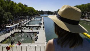 En face du bassin de la Villette, à Paris, le 5 août 2018. (GEOFFROY VAN DER HASSELT / AFP)