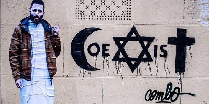 L'oeuvre (affiche + graffiti) de Combo qui lui a valu une agression.  (Combo)