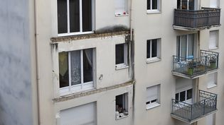 Le balcon du troisième étage s'est effondré sur les deux autres. (JEAN-FRANCOIS MONIER / AFP)