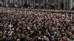 Le public nombreux a assisté à la cérémonie funéraire sur un écran géant installé devant l'église. (BERTRAND GUAY / AFP)