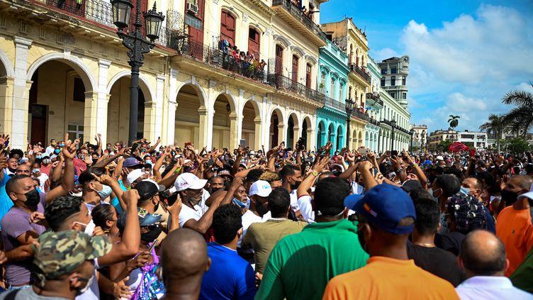 Des personnes participent à une manifestation contre le gouvernement du président cubain Miguel Diaz-Canel à La Havane, le 11 juillet 2021. (YAMIL LAGE / AFP)