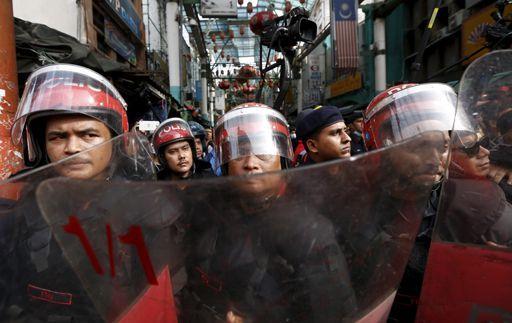 Policiers anti-émeute à Kuala Lumpur le 16 septembre 2015 face à des manifestants demandant la démission du Premier ministre Najib Razak (REUTERS - Olivia Harris)