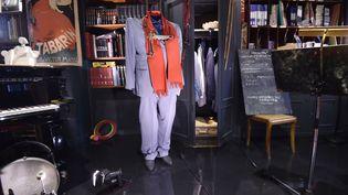 Le costume de scène de Raymond Devos trône au milieu de ses instruments de musique. (ALAIN JOCARD / AFP)