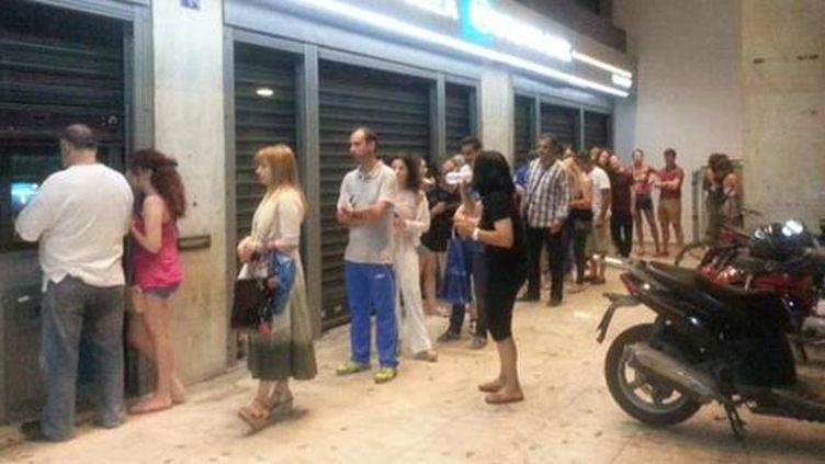 (Avant même les décisions de la nuit, la queue devant les distributeurs © RF/ Isabelle Chaillou)
