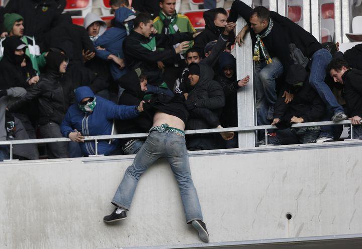 Un supporteur stéphanois tente de sauter par dessus les tribunes du stadeAllianz Riviera à Nice, le dimanche 23 novembre 2013. (VALERY HACHE / AFP)