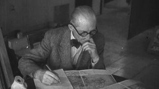 Il y a 55 ans, le 27 août 1965, disparaissait le grand architecte et urbaniste Le Corbusier. Le créateur de la Cité radieuse (Marseille) a révolutionné le logement collectif et ses œuvres ont marqué leur époque. (FRANCE 2)