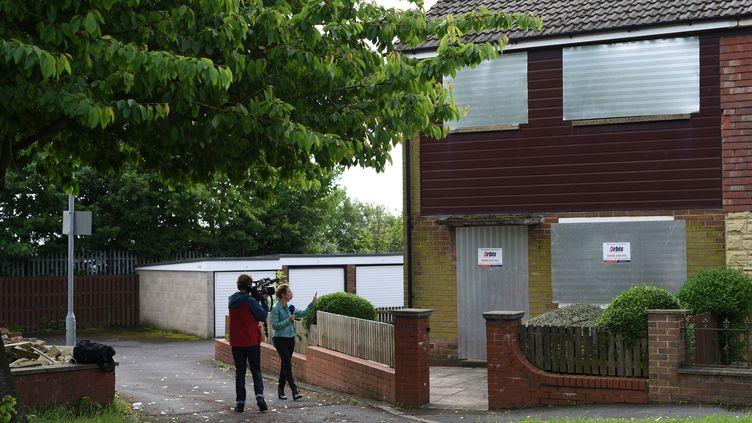 Des journalistes devant une maison de Birstall (Grande-Bretagne) mise sous scellés le 16 juin 2016 après le meurtre de la députée Jo Cox dans cette ville. (OLI SCARFF / AFP)