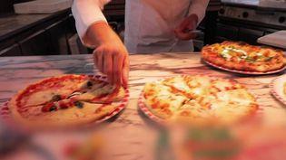 Les Français mangent 819 millions de pizzas chaque année. Comment bien les choisir ? Les équipes de France Télévisions ont enquêté, pour le JT du 13 Heures. (CAPTURE ECRAN FRANCE 2)