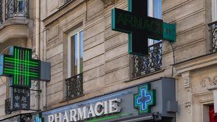 Les pharmacies sont désormais autorisées à vendre des masques grand public. (GILLES TARGAT / AFP)