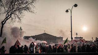 Des opposants au projet de loi sur la réforme des retraites manifestent devant l'Assemblée nationale, le 24 janvier 2020. (NICOLAS CLEUET / HANS LUCAS / AFP)