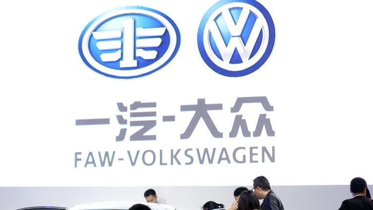 Des personnes visitent le stand Faw-Wolkswagen àJi'nan (Chine), le 7 avril 2016. (DA QING / IMAGINECHINA)