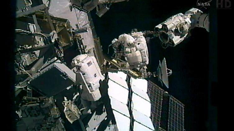 Les astronautes Sunita Williams et Akihiko Hoshide ont passé plus huit heures à l'extérieur de la Station spatiale internationale, le 5 septembre 2012, pour réparer la panne. (NASA / AFP )