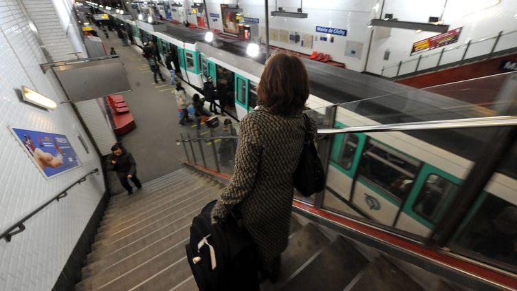 Arrêt du métro à la station Mairie de Clichy après un vol à la tire, le 31 décembre 2010, à Paris. (MAXPPP)