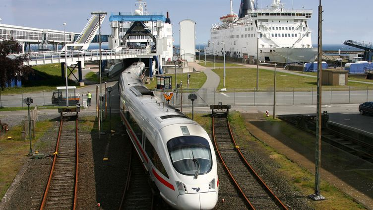 Un train dans le port de Puttgarden (Allemagne), le 18 mai 2009. (CARSTEN REHDER / DPA / AFP)