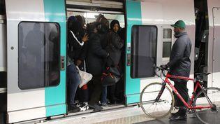 Une rame bondée dans le métro parisien à la station Nation, le 9 décembre 2019. (JACQUES DEMARTHON / AFP)