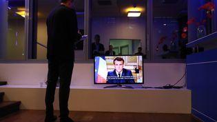 Emmanuel Macron lors de son allocution télévisée sur le coronavirus Covid-19, le 12 mars 2020. (LUDOVIC MARIN / AFP)