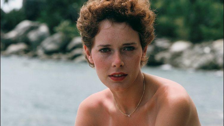 """L'actrice Sylvia Kristel sur le tournage de """"Goobye-Emmanuelle"""" aux Seychelles, en avril 1977. (DANIEL SIMON / GAMMA-RAPHO / GETTY)"""