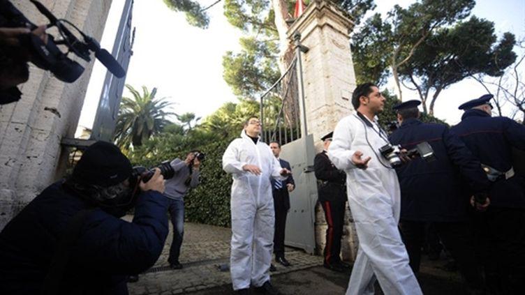 Policiers et enquêteurs sortent de l'ambassade du chili à Rome, le 13 décembre 2010, après une explosion à la bombe. (AFP - Filipo Monteforte.)