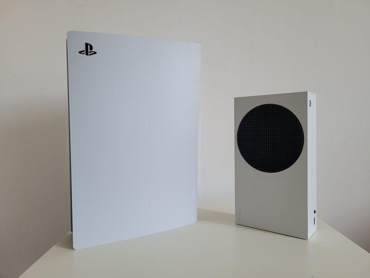 La Xbox Series S pèse moins de deux kilos, pour 30 centimètres de largeur (Gaël Simon)
